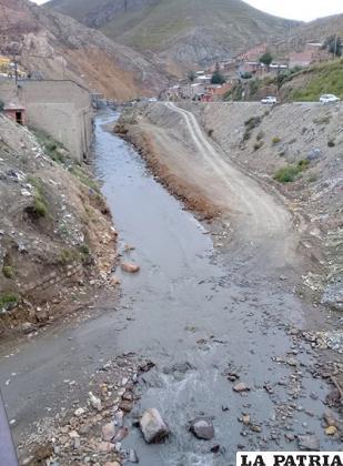 Huanuni continúa contaminando los suelos /LA PATRIA
