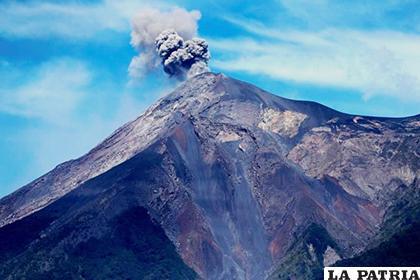 Humareda arrojada por el Volcán de Fuego, en San Miguel Los Lotes (Guatemala) /yimg.com