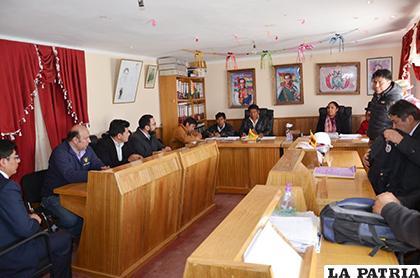 La comisión en reunión con los concejales de Caracollo /MJYT