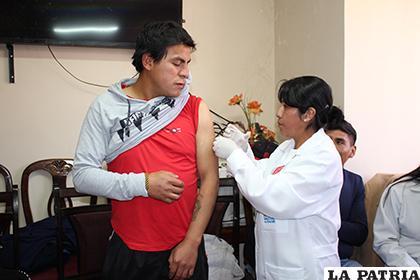 Personal del Sedes aplicando la vacuna antirrábica /LA PATRIA/TANIA SANTIVÁ�?EZ CHAC�?N