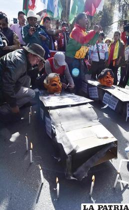 Las bases de la protesta procedieron a quemar dos ataúdes con dos muñecos que representaban a Morales y García Linera /APG