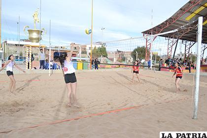 En gestiones pasadas ya se practicó en Oruro el voleibol playa /Archivo/LA PATRIA