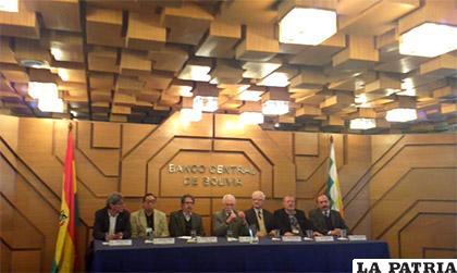 Pablo Ramos (centro) junto con su directorio en conferencia de prensa /ANF