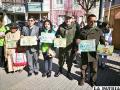 Los representantes al momento de mostrar los mensajes en contra del uso de plásticos /LA PATRIA