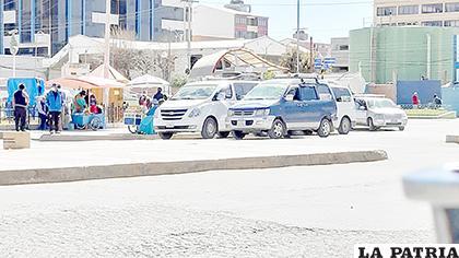 Los vehículos que aparentemente trasladan a personas hasta La Paz, sin las medidas de bioseguridad respectivas /LA PATRIA