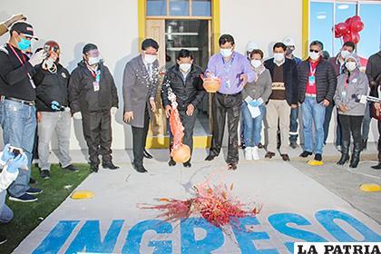 Las autoridades ch´allan el nuevo laboratorio molecular de la ciudad de Oruro /Gentileza GAMO