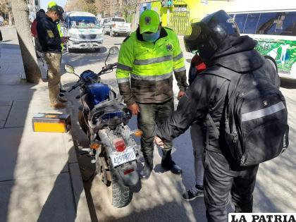 La motocicleta registró daños materiales en la parte posterior, por el choque /LA PATRIA