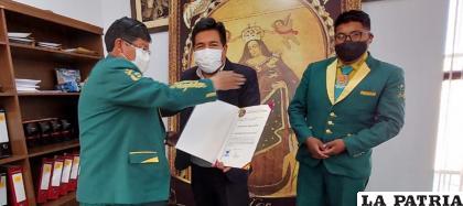 El secretario municipal de Cultura, Boris Villanueva entrega la distinción /SMC