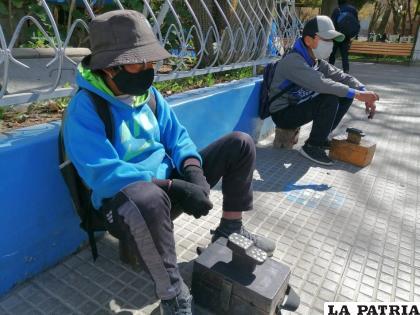 Niños que se ganan la vida lustrado zapatos /LA PATRIA