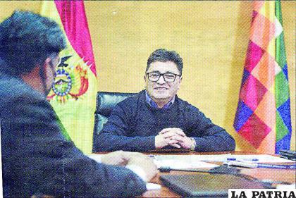 El ministro Villavicencio  explica sobre la instalación de fundiciones de zinc.