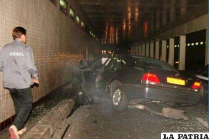 PIE 1: Los restos del Mercedes en el que viajaban Lady Di y Dodi al Fayed en la madrugada el 31 de agosto de 1997 por las calles de Paris /EFE