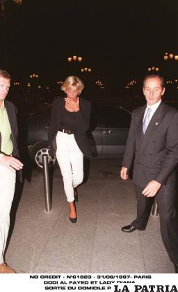 La princesa ingresando sola al Hotel Ritz para cenar con Dodi Al-Fayed. Pocas horas después moriría /EL CLARÍN