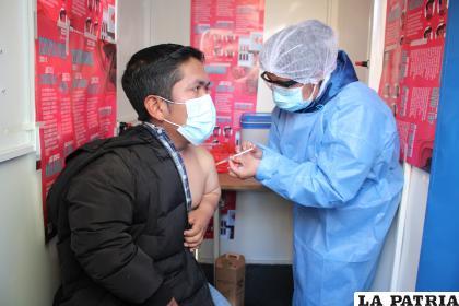 Persona recibe la vacuna Sputnik-V contra el Covid-19 /LA PATRIA