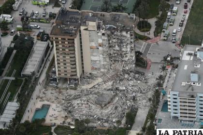 Fotografía aérea de parte del edificio de 12 plantas frente al mar que se derrumbó /(Amy Beth Bennett/South Florida Sun-Sentinel vía AP)
