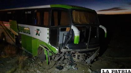 El ómnibus acabó con daños en la parte delantera de su estructura /LA PATRIA