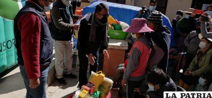 La entrega de víveres se realizó en la Defensoría del Pueblo de Oruro /LA PATRIA