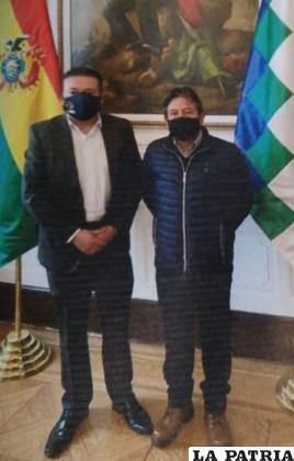 El representante de los exportadores, Danilo Velasco con el vicepresidente, David Choque Huanca /CANEB