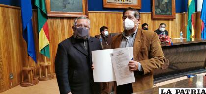 El rector de la UTO, Augusto Medinaceli entrega resolución al presidente de la Feduto, Víctor Hugo Verastegui  /la patria