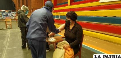 Personal de salud toma la presión antes de aplicar la vacuna /LA PATRIA ARCHIVO