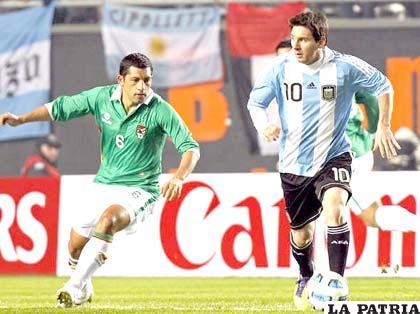 Lionel Messi disputa el juego con Walter Flores