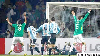 Festejo de los jugadores bolivianos, tras la conquista de Edivaldo Rojas