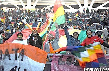 Hinchas bolivianos en el estadio Ciudad de la Plata