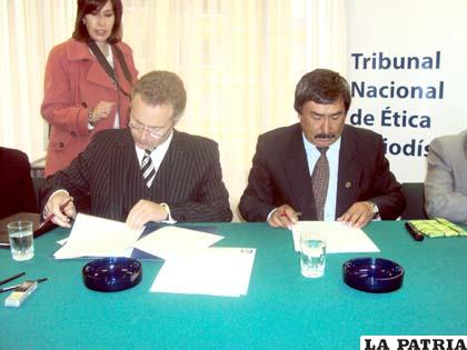 Firma de convenio entre periodistas y el Reino Unido