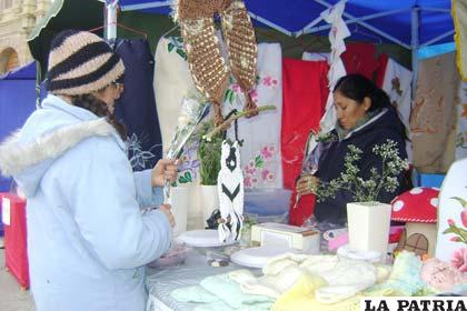 Microempresas se presentan en II Encuentro de Mujeres en la Plaza del Folklore