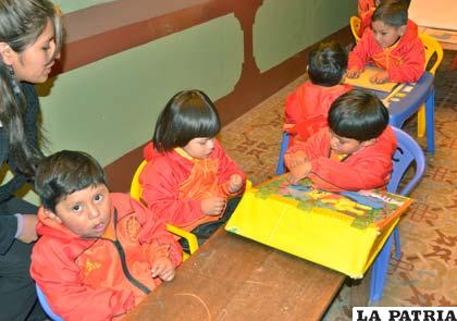 Niños a pesar de no saber leer, por su corta edad, narran cuentos a través de las imágenes