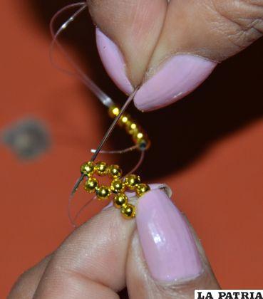 PASO 3 Insertar nuevamente 5 perlas Nº 3, y repetir este paso según el tamaño deseado para el anillo.