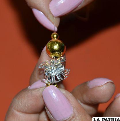 PASO 5 Insertar la perla Nº 8 y la perla Nº 4, girar y salir por la perla Nº 8 y nuevamente sujetar por el separador.