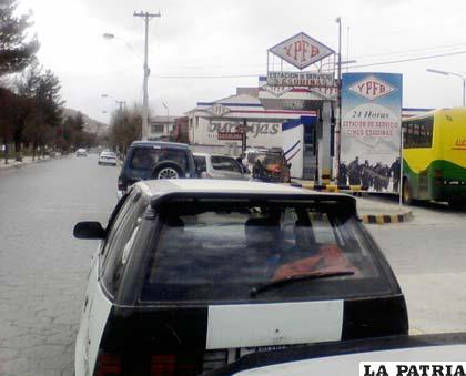 Largas filas de vehículos en las estaciones de servicio en demanda de combustible