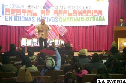 Buena participación de niños y jóvenes en el concurso de idiomas nativos realizado en el Paraninfo de la UTO