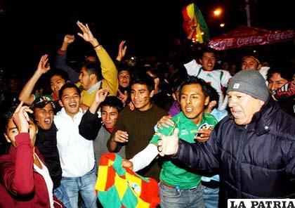Los bolivianos sólo se unen por el fútbol