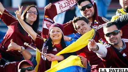 Hinchas de Venezuela celebran la victoria de su equipo