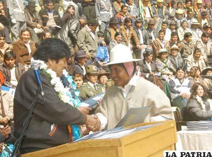 Presidente entrega contratos para proyectos de agua
