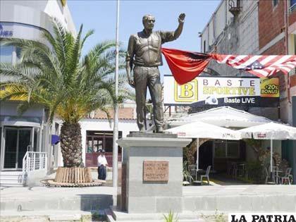 Estatua del ex presidente de EE.UU., George W. Bush,  erigida en Fushe Kruje, Albania, donde llegó en 2007 y es considerado como un verdadero héroe