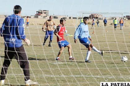 Ayer San José hizo un poco de fútbol en la cancha de su propiedad