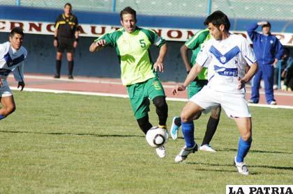 Luiz Carlos Vieira de San José, disputa el balón con Luis Liendo de Universitario