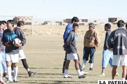 Marcelo Zuleta junto a los jugadores antes de iniciar el entrenamiento