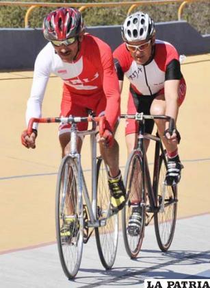 Ciclistas en plena competencia