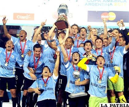 Jugadores uruguayos con el trofeo en alto