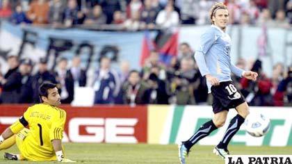Diego Forlán liquidó el pleito anotando el tercer gol de Uruguay