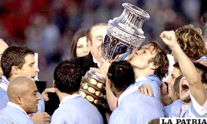 Lugano recibe el trofeo de Campeón de la Copa América