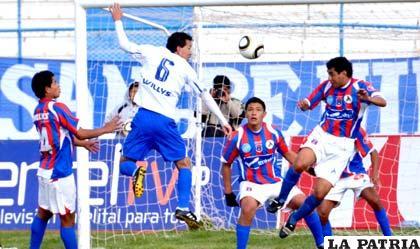 Partido en el que Suárez de San José remata de cabeza al arco de La Paz FC
