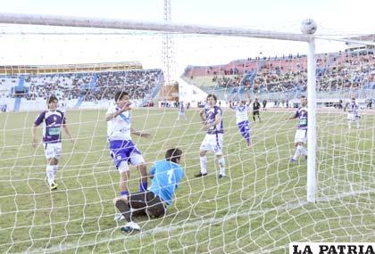 Carlos Saucedo autor del gol de San José, deja vencido a Eder Jordán
