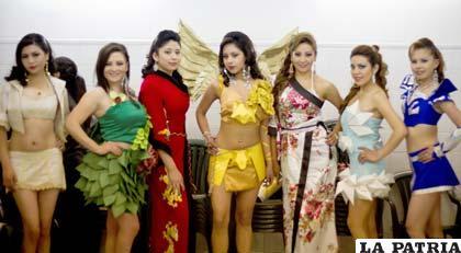 Bellas modelos visten atuendos de la cultura japonesa y otros hechos de papel