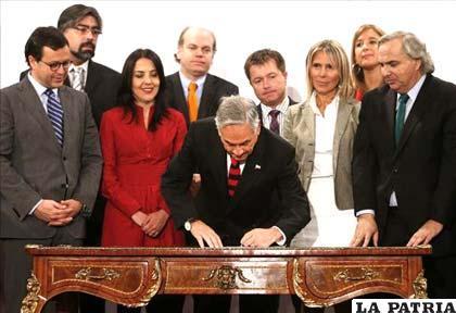 Presidente, Sebastián Piñera (c), firma junto a varios de sus ministros la promulgación Ley Antidiscriminación en el Palacio de La Moneda en Santiago de Chile. EFE