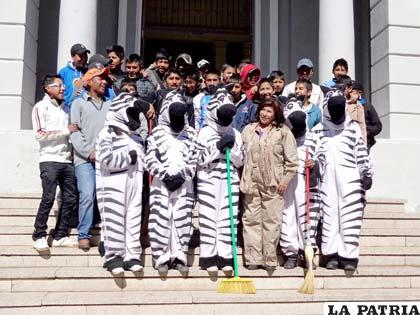 Estudiantes y alcaldesa limpiaron el colegio bol var for Colegio bolivar y freud