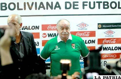 El entrenador de la selección nacional, Xabier Azkargorta, junto a Carlos Chávez (APG)